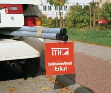 Rote Warnflagge mit weißem Werbeaufdruck zur Sicherung überstehender Ladung
