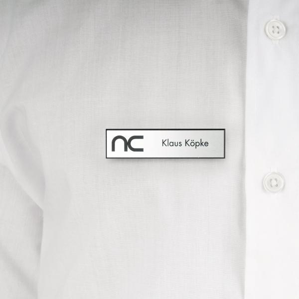 Kunststoff-Namensschilder mit Logo und Text nach Wunsch, graviert