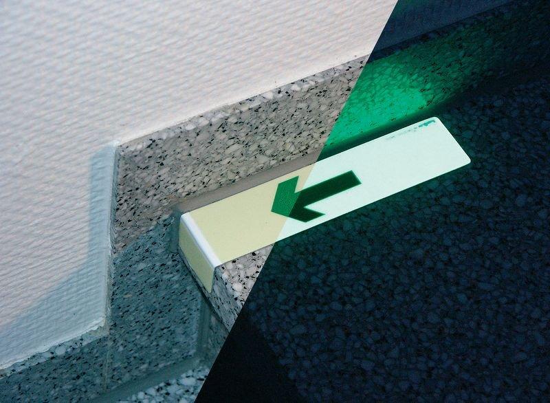 Everglow® Treppenwinkel, Pfeil abwärts - Fluchtwegkennzeichnung, bodennah, langnachleuchtend, ASR A3.4/3 - Fluchtwegmarkierung, Boden-Fluchtwegkennzeichnung