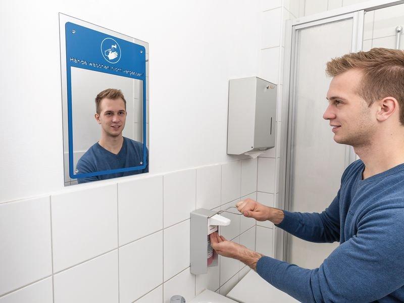 Wandspiegel mit Hygienehinweisen