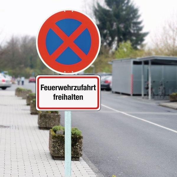 Feuerwehranfahrtzone - Rettungsweg-Zusatzzeichen, massiv