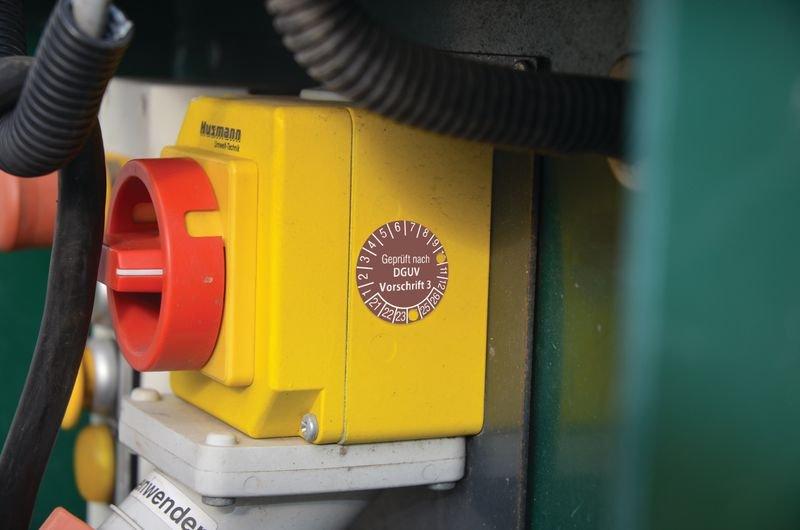 Geprüft gemäß DIN EN 15635 DGUV Regel 108-007 - Grundplaketten nach DGUV, fälschungssicher