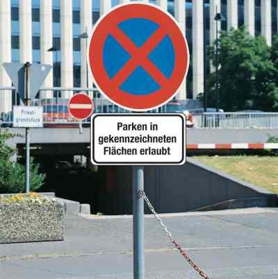 Haltverbot-Schild mit Zusatzzeichen - Verkehrszeichen StVO Deutschland