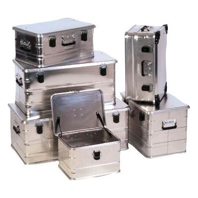 sechs Aluminiumboxen in verschiedenen Größen gestapelt