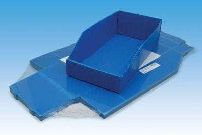 eine Packung Lagerkästen flach eingeschweißt und ein zusammengesteckter Lagerkasten Farbe blau