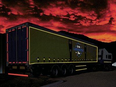 LKW mit reflektierender Konturenmarkierung bei Dunkelheit