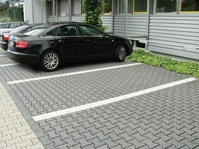 Parkplatz mit Markierungsstreifen