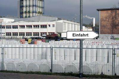 Wegweiser-Schild Einfahrt vor Firmengelände