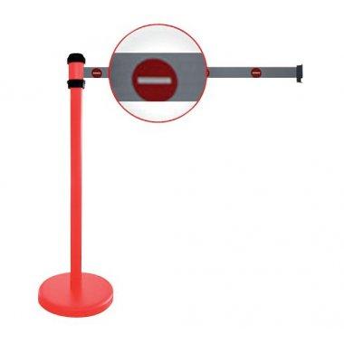 """Poteaux rouges à sangle étirable avec signalisation """"Sens interdit"""""""