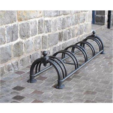 Range vélos au sol style ancien de forme arrondie