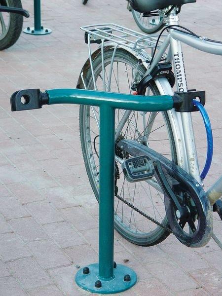 Range vélos à pinces sur pieds pour fixation du vélo par le cadre