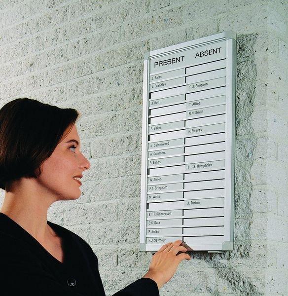 """Tableau de présence """"Entrées - Sorties"""" avec plaques de noms coulissantes Legamaster personnalisées"""