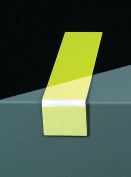 Signalisation au sol photoluminescente en bandes à angle droit pour marches