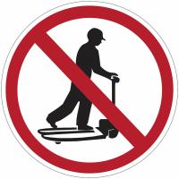 """Panneaux d'interdiction """"Ne pas monter sur les chariots"""""""