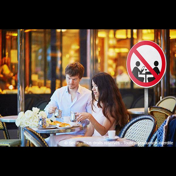 Panneaux et autocollants : les dangers du smartphone