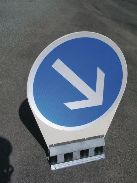 Panneau autorelevable Direction obligatoire à la prochaine intersection: tout droit - Seton
