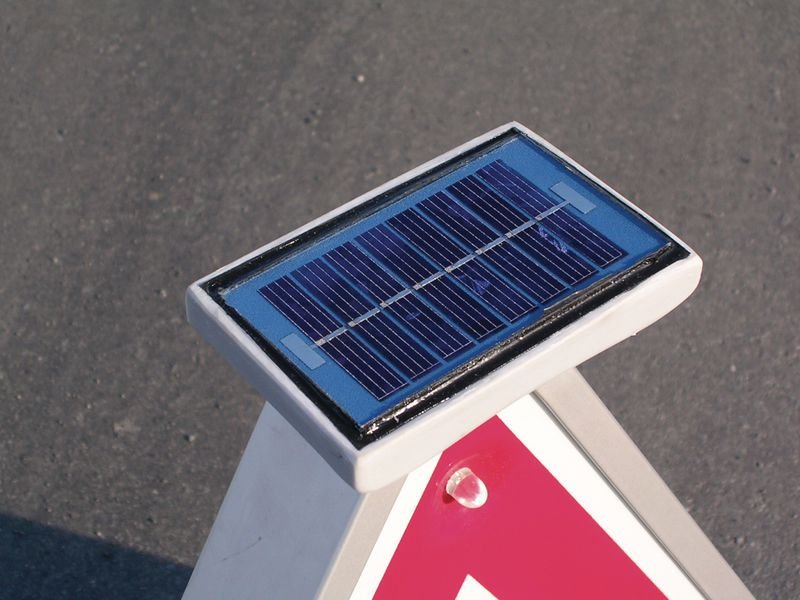 Panneau clignotant à énergie solaire Chaussée rétrécie par la gauche - Panneaux de circulation triangulaires - symbole attention et danger
