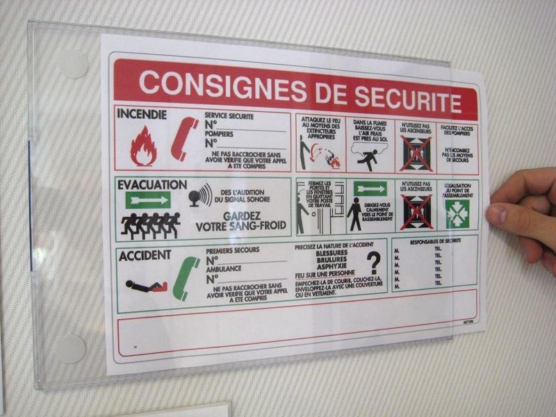 Pochettes de protection adhésives en plexiglas - Seton