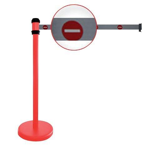 Poteaux rouges à sangle étirable avec signalisation Sens interdit
