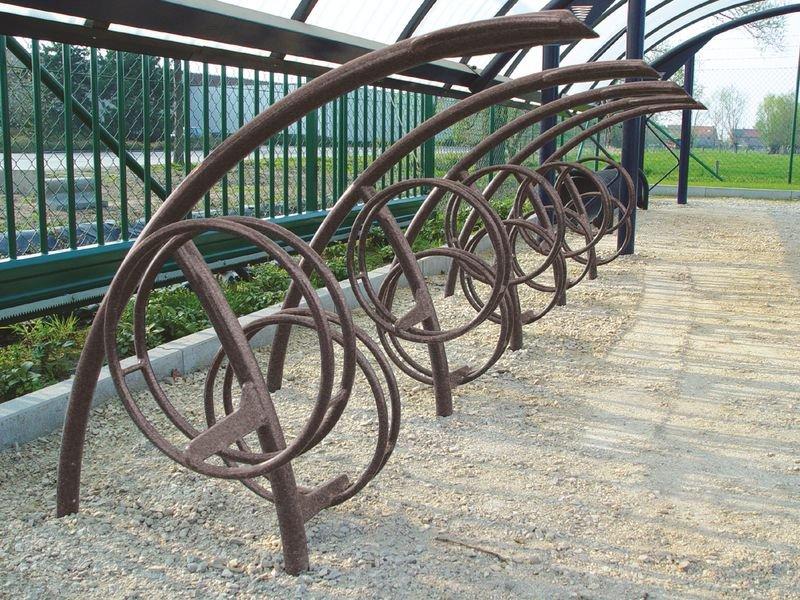 Range vélos design au sol avec anneau de fixation d'antivols