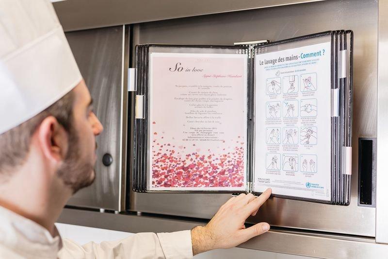 Support mural antimicrobien inox avec 10 protège-documents - Affichage et protection de documents en entreprise