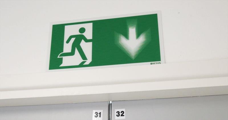 Autocollant rigide animé SETON MOTION® Homme qui court à droite, flèche vers la droite - Panneaux et pictogrammes Sortie et Issue de secours