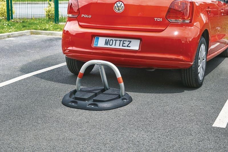 Barrière de parking sur socle en caoutchouc