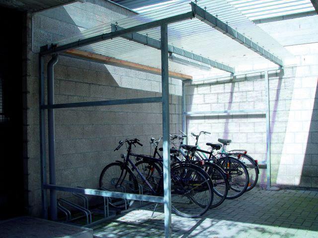 Abri vélos ou fumeurs de 4m en acier brut et parois en pin à toit plat