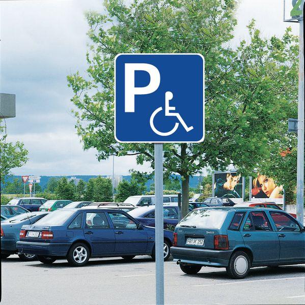 Panneaux avec le symbole handicapé bleu pour place de parking