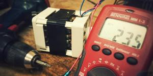 Multimètre et tournevis électrique
