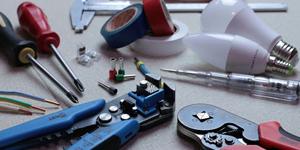 Outils d'électricien : tournevis isolants, pince à sertir, ampoules