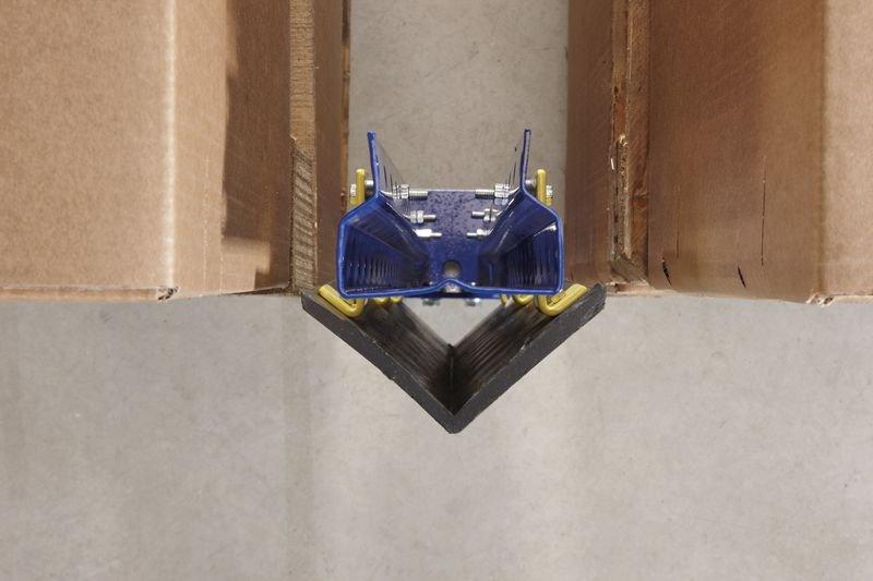 Protezione angolare per montanti di scaffali in caucciù
