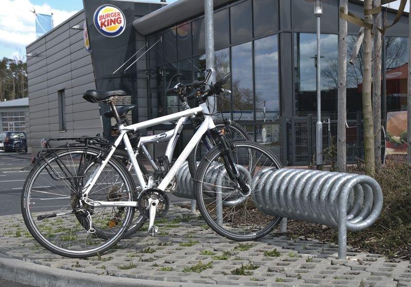 Portabiciclette a spirale con supporto per ruote