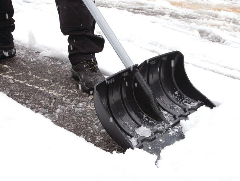 Verstevigde sneeuwschuiver met steel en blad