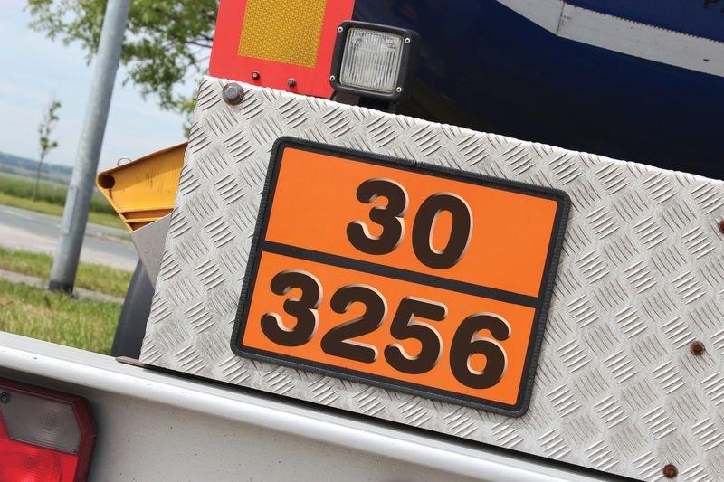 Oranje ADR-borden voor transport van gevaarlijke stoffen met cijfers in reliëf - Informatieborden en -stickers met tekst