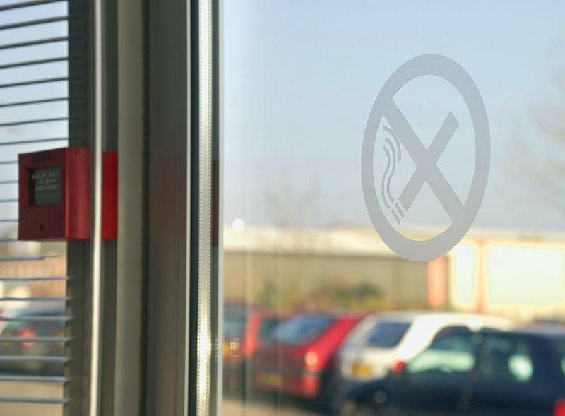 Matte tape voor ramen en glazen deuren, met pictogram verboden te roken - Seton