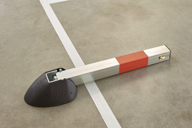 Neerklapbare verkeerspaal met automatische sluiting - Parkeerbeugels
