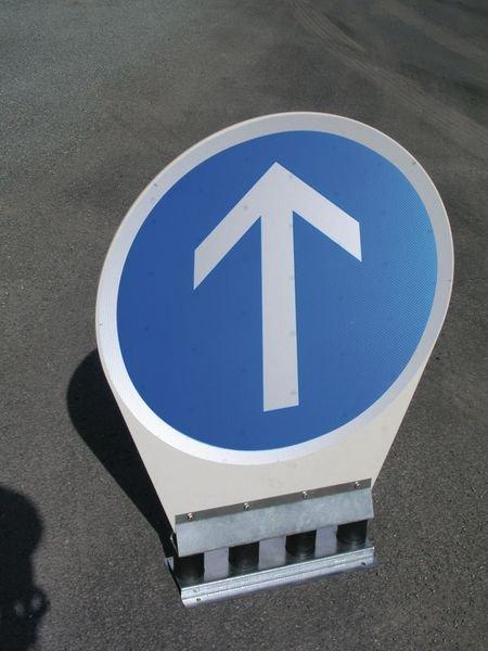 Flexibele gebodsborden Verplichte richting bij de volgende kruising: rechtdoor - Seton