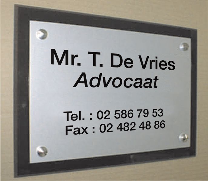 Gegraveerde naamborden op plaat van plexiglas